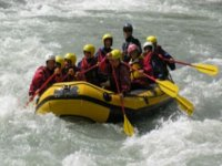 In gruppo su rapide spumeggianti