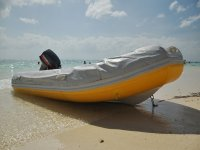 Gommone ein riva al mare