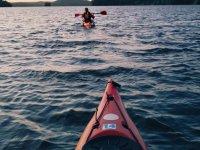 in canoa con amici