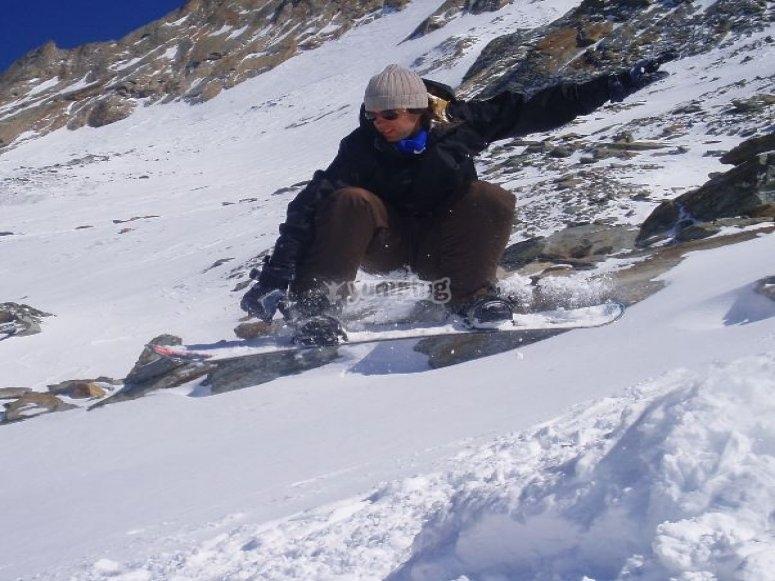 Saltando con lo snowboard