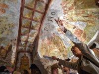 All'interno delle catacombe di Domitilla