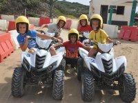 Una squadra di piloti di mini quad