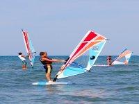 Bimbo sul windsurf