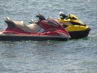 Moto d'acqua parcheggiate in mare