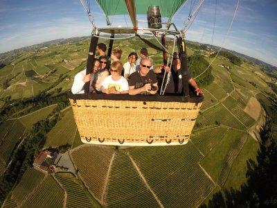 Volo in mongolfiera a Barolo e brunch con foto