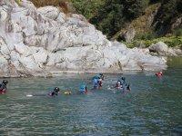 Canyonisti lungo il fiume