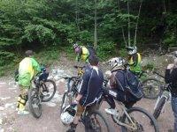Un gruppo di ciclisti in montagna
