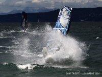 Solca le onde con il windsurf