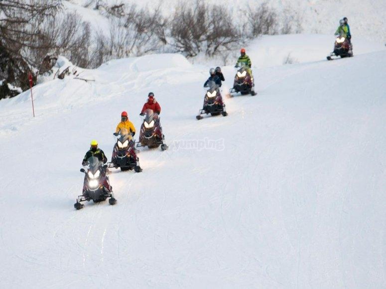 in fila sulla neve