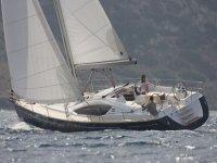 Sailing aboard a Jeanneau