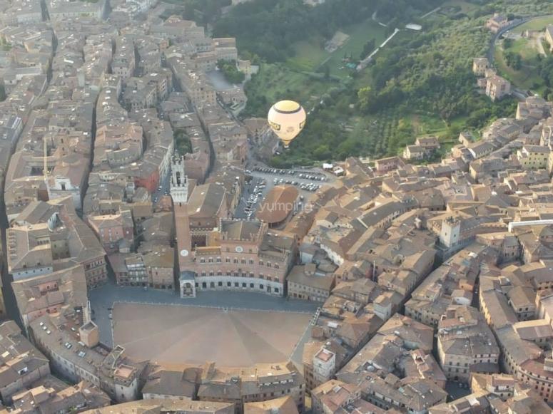 In volo su Piazza del Campo