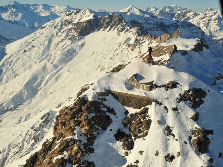 In volo sulle Alpi innevate