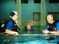 Istruttori in piscina
