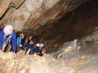 A gruppo di speleologi in azione