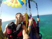 insieme sul parasailing