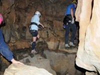 Un gruppo di speleologi in azione