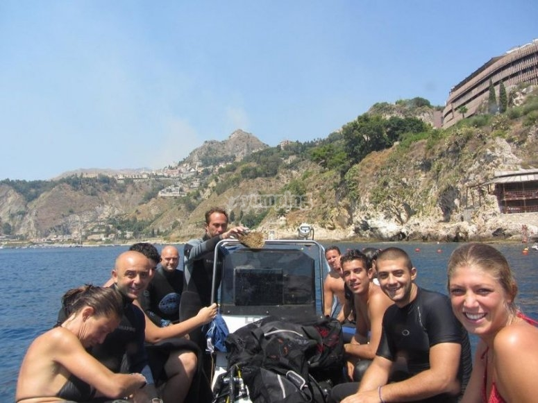 Group of friends / ready to dive