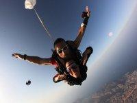 Dopo la caduta libera si apre il paracadute