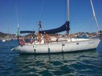 una famiglia su una barca a vela