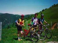Gruppo di clienti in mountain bike