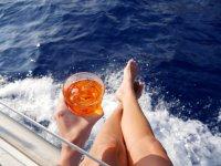 Bere qualcosa in barca