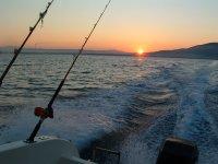 pesca in mare con tramonto unico