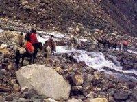 Paolo durante un guado nel viaggio sull Himalaya