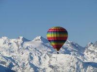Mongolfiera tra le Alpi