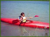 Bambina che pratica il Kayak