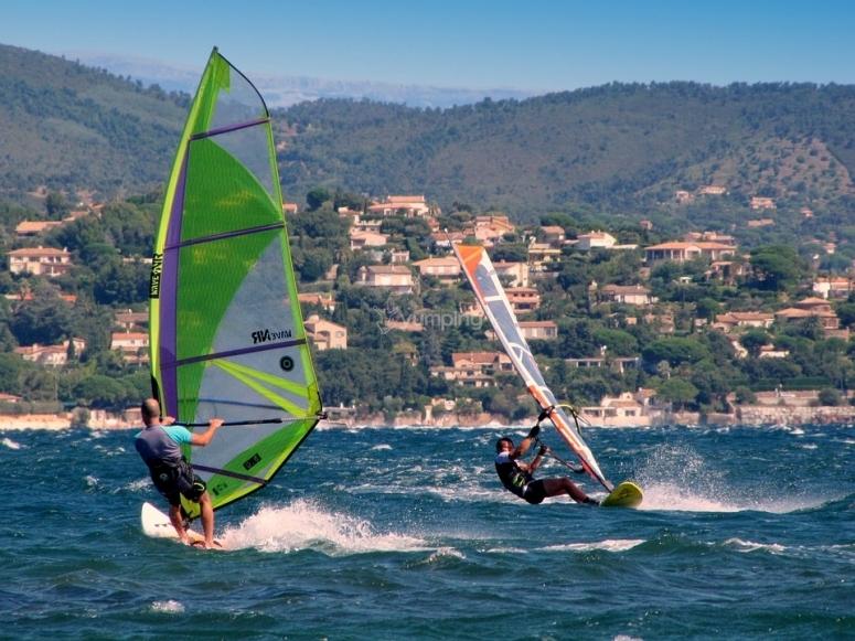 Corso di windsurf sul lago