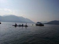 Pagaiando in compagnia sul lago