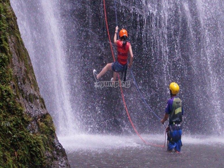 Scendendo la cascata