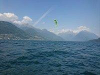 Kitesurf sul lago in una bella giornata