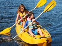 Canoa doppia per gita in famiglia