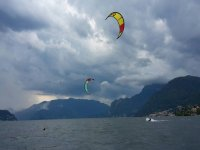 Praticando kitesurf sul lago