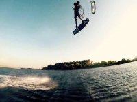 Acrobazie con il kitesurf sul Lago di Como