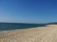 Kitesurf davanti alla spiaggia Li Mindi