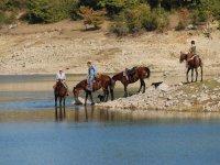 Una giornata a cavallo lago della montagna spaccata