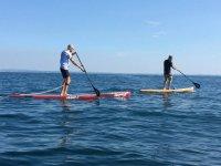 Divertimento sul lago con il paddle surf