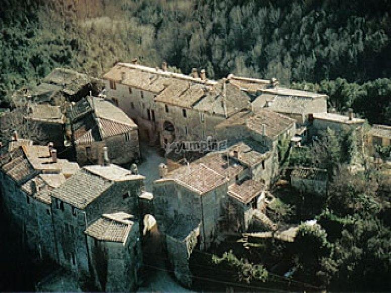 Vista sul Castello di Tocchi e sul borgo