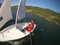 Navigando a vela sul lago