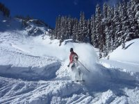 Discesa di sci mountaineering