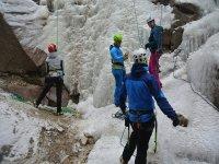 Preparativi per arrampicarsi sul ghiaccio