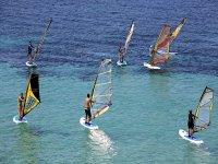 Gruppo di windsurfer