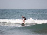 Solcando le onde in surf