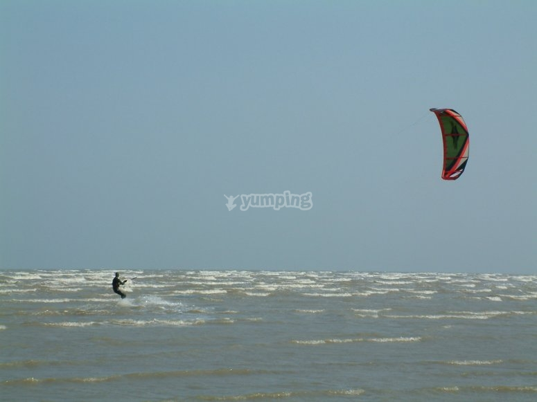 Kitesurf tra le onde