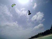 Acrobazie eccezionali con il kitesurf