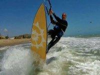 Solndo le onde sulla tavola da kite