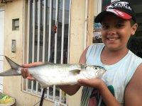 Un piccolo pescatore e il suo bottino