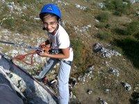 Bimba si arrampica